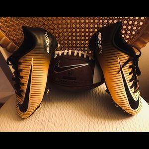 Boys Nike Mercurial SIZE 6 🏀⚽️ Cleats